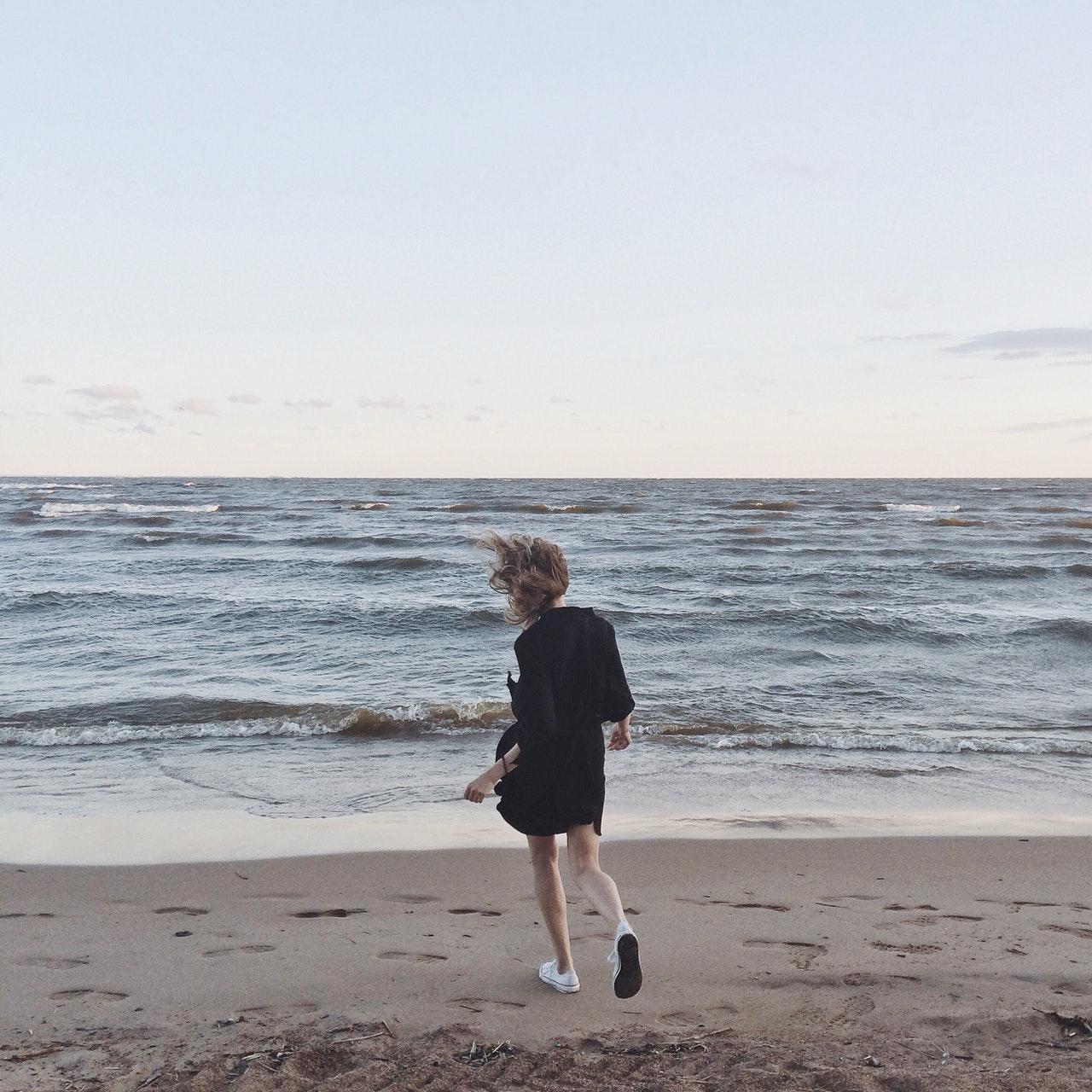 beach-enjoyment-girl-698848